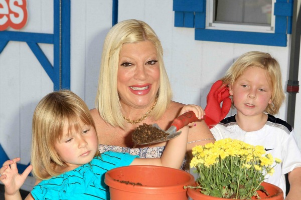 Tori Spelling with kids at a Lunchables event