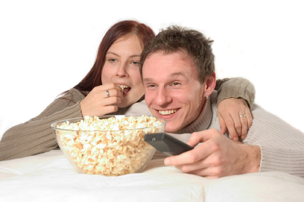 Couple watching movie and eating popcorn | Sheknows.ca