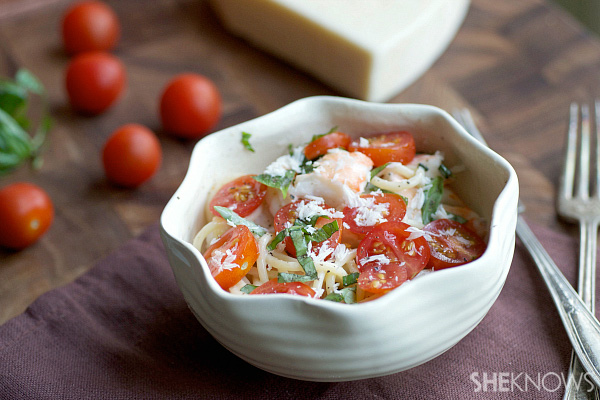 Cream pasta with shrimp, tomatoes and basil