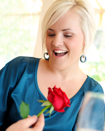 Cuvy woman on date getting rose