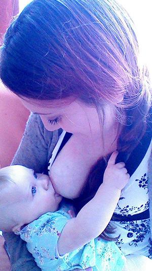 Emily Slught nursing her baby | Sheknows.com