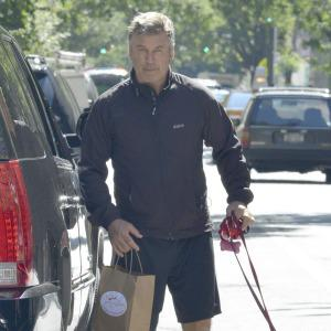Alec Baldwin tussles with the paparazzi...