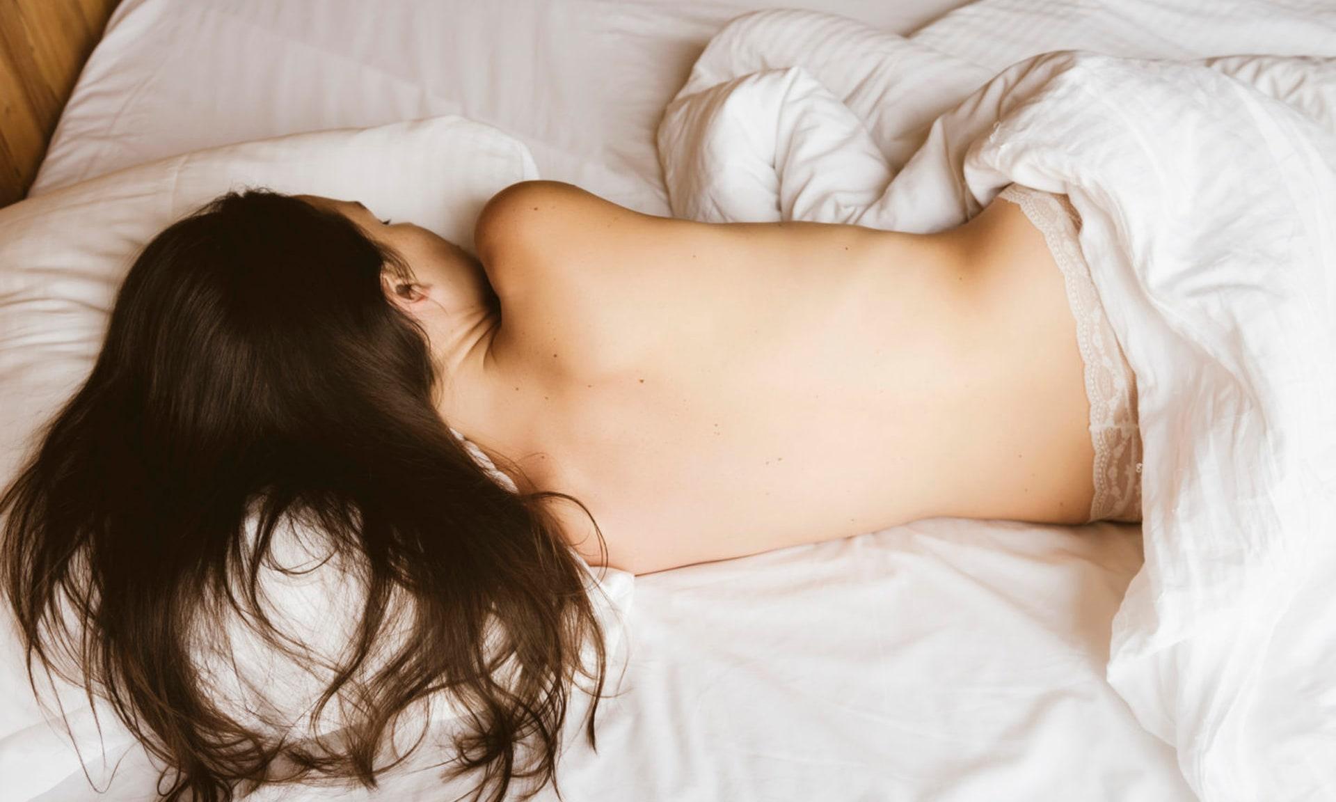 спящая голая в постели фото смотреть подошла