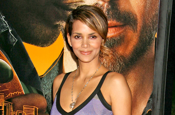 Halle Berry strikes a pose at The Soloist premiere