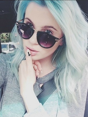 Ireland Baldwin changes her hair color to turquoise