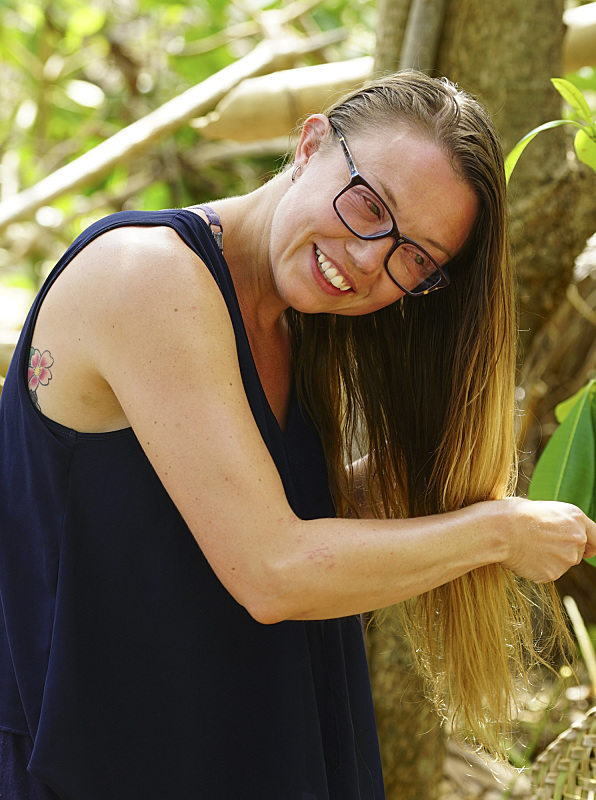 Jessica Lewis combs her hair on Survivor: Millennials Vs. Gen-X