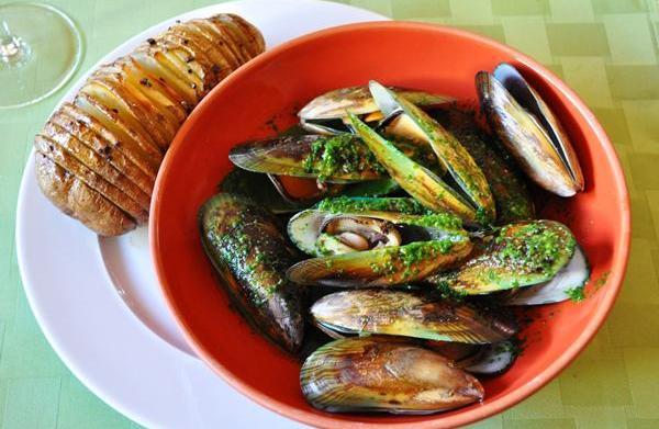 Tonight's Dinner: Pesto Mussels