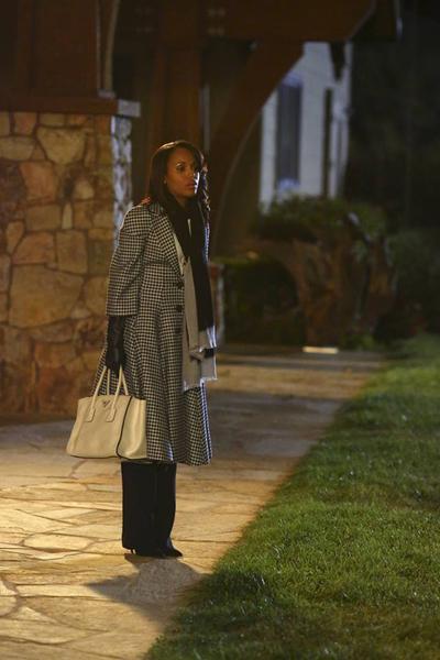 Pregnant Kerry Washington on-set of Scandal