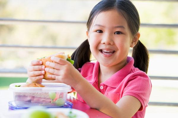 Kindergarten girl eating lunch | Sheknows.ca