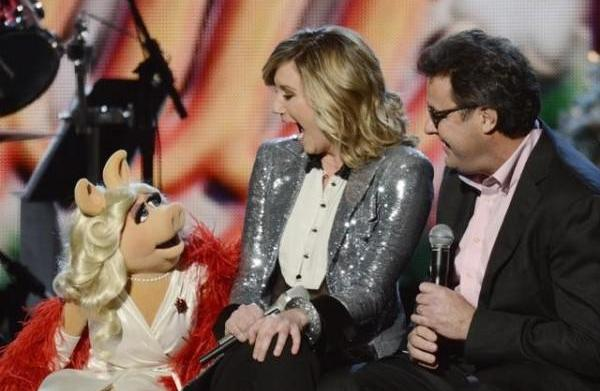CMA Country Christmas: Miss Piggy leads