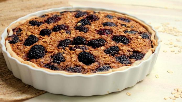 Oatmeal blackberry breakfast pie