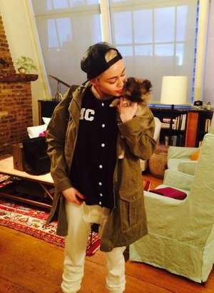Miley Cyrus gives away her new puppy Moonie