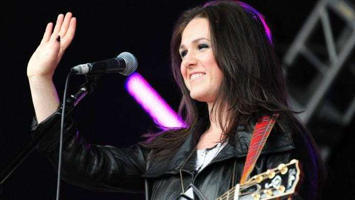 Singer's burnt baby bump sparks concern
