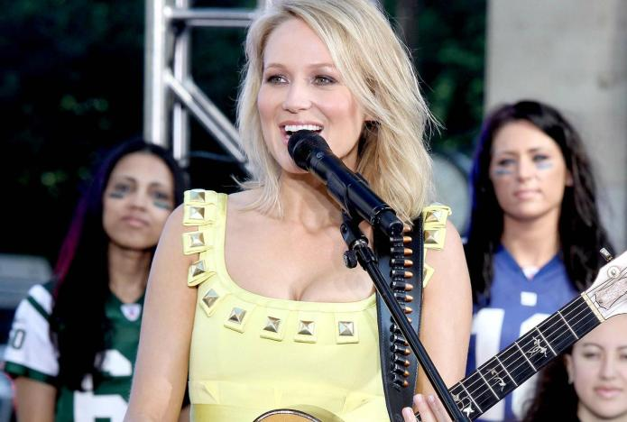 Jewel sings a song about public