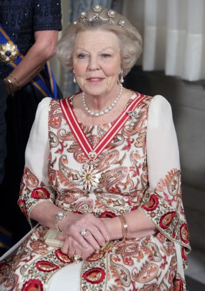 Queen Beatrix abdicates: Will Queen Elizabeth follow? – SheKnows