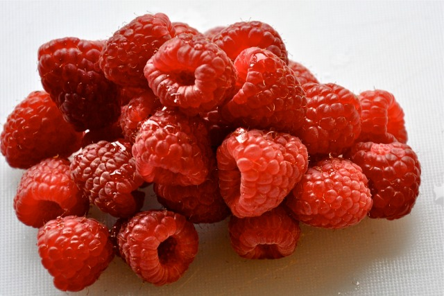 Raspberries and fat-free greek yogurt for a low calorie snack