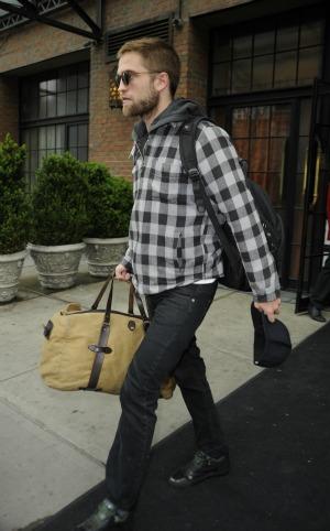 Robert Pattinson leaves Kristen Stewart