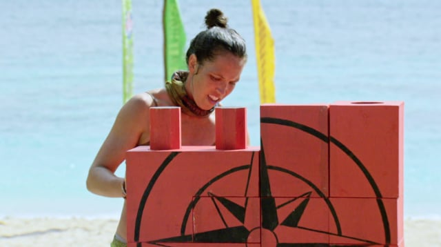 Sarah Lacina competes in puzzle challenge on Survivor: Game Changers