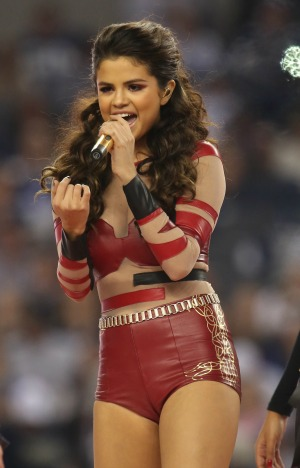 Selena Gomez gets frustrated and storms off stage