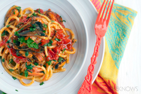 Spaghetti with muscles and tomato sauce
