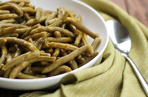 Green beans with maple-mustard sauce