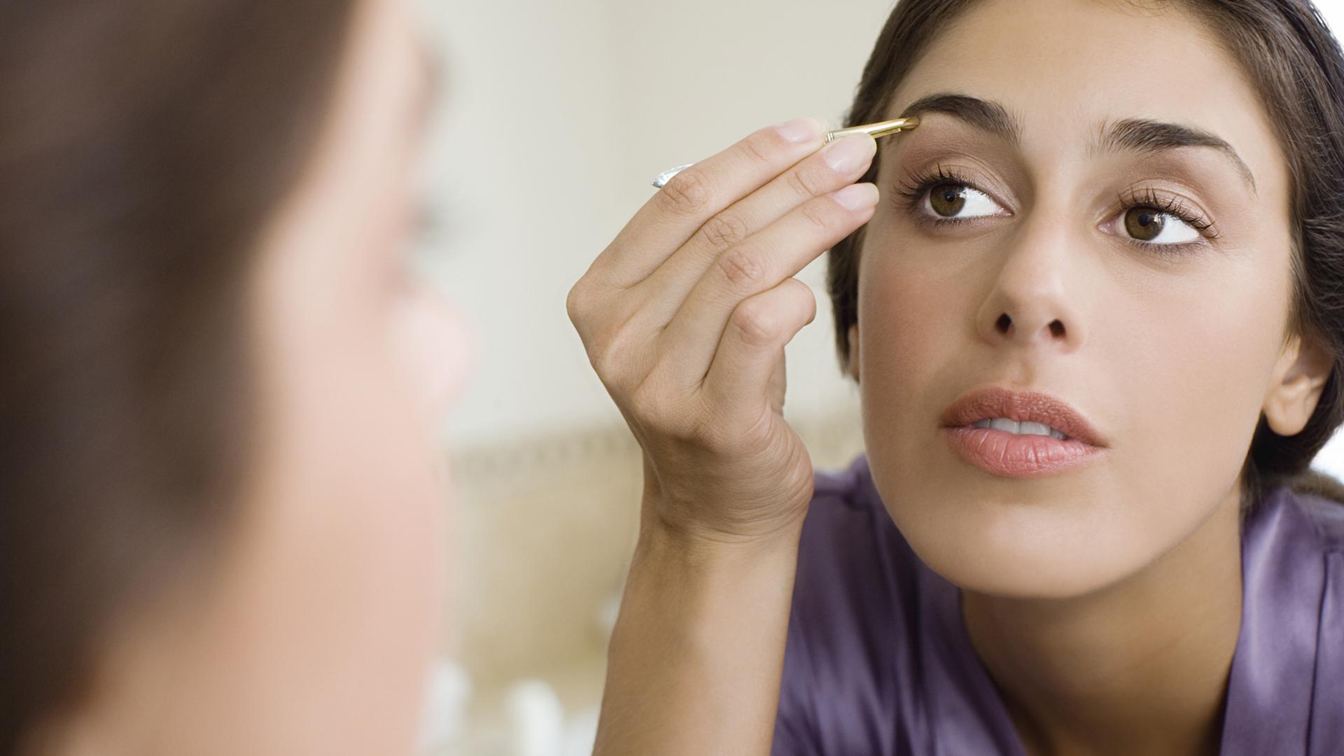 Woman plucking eyebrows   Sheknowws.ca