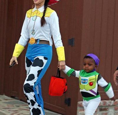 Celeb moms' Halloween costumes: Sandra Bullock,