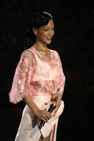 Rihanna turns album-listening party into Sandy