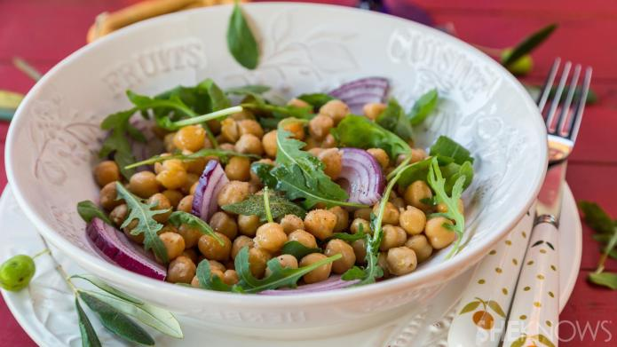 15-Minute chickpea, arugula and onion salad
