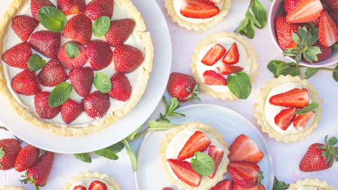 Strawberry tart with cream and mint