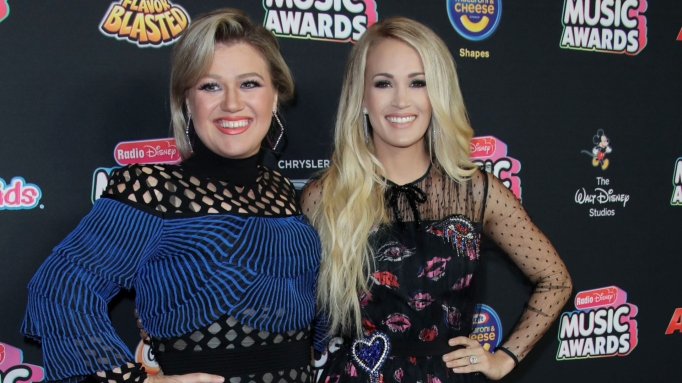carrie underwood and kelly clarkson smiling together