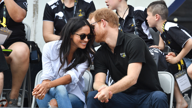 meghan markle and prince harry showing pda at invictus game