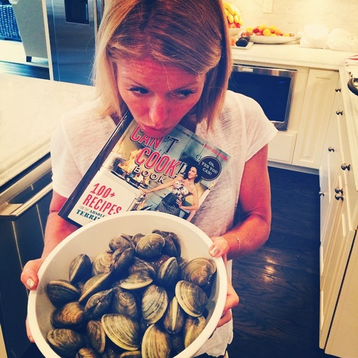 kelly-ripa-carrying-clams