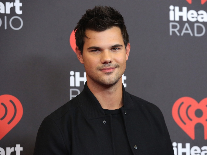 Taylor Lautner was pressured to be constantly shirtless in 'Twilight'
