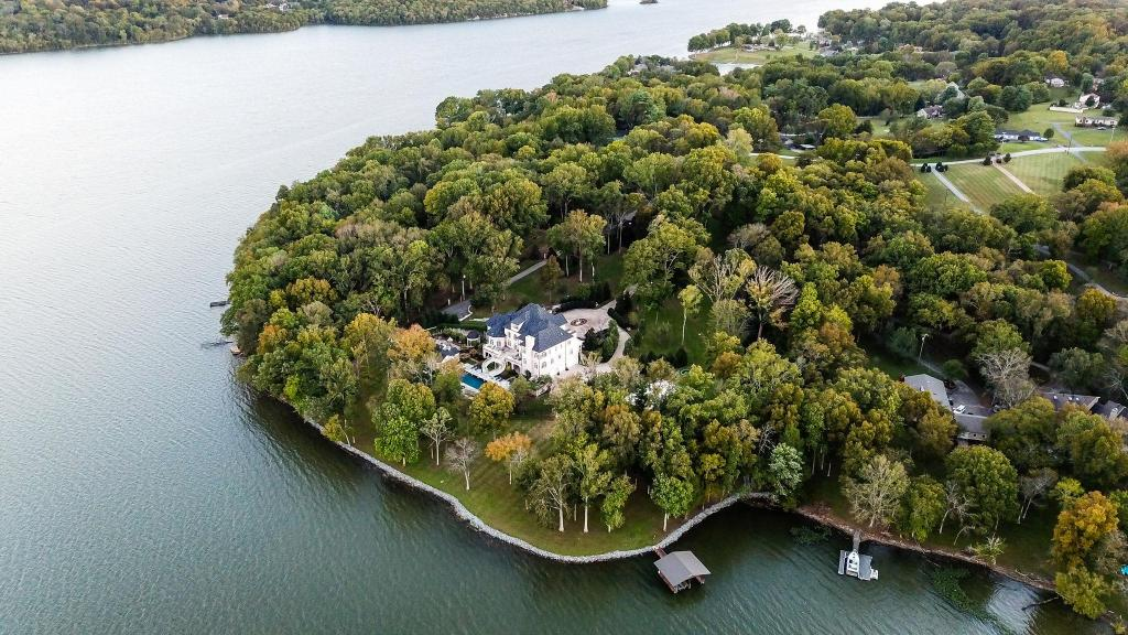 Kelly Clarkson's home.