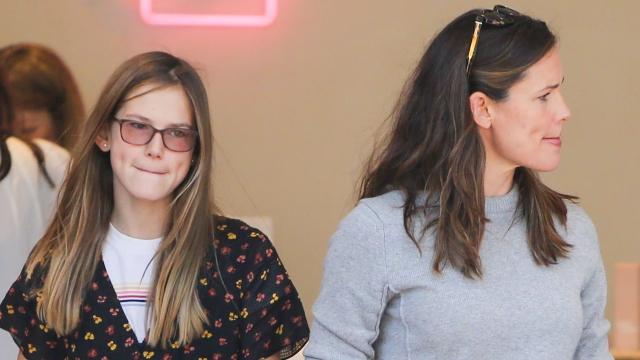 Violet Affleck and Jennifer Garner.