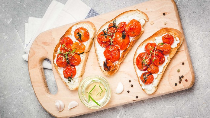 Cherry tomatoes crostini with homemade goat