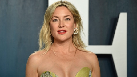 Kate Hudson Wears Face Mask on