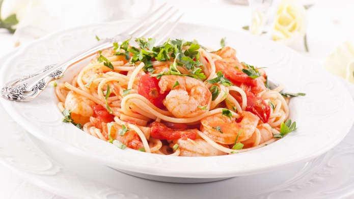 Spaghetti with tomaten sauce and prawns;