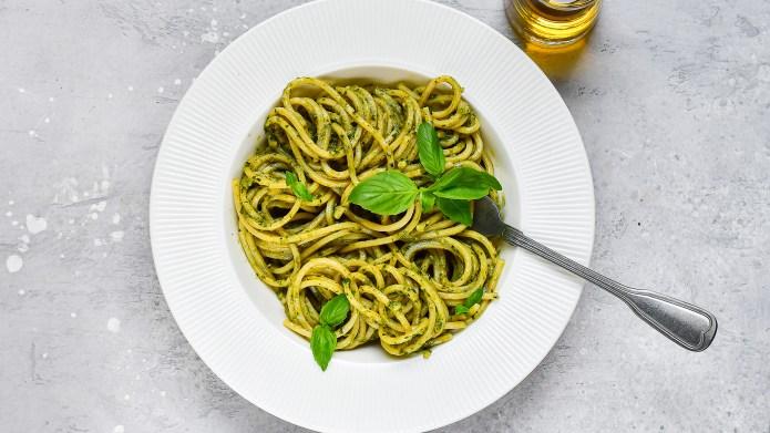 spaghetti pesto pasta with fresh basil