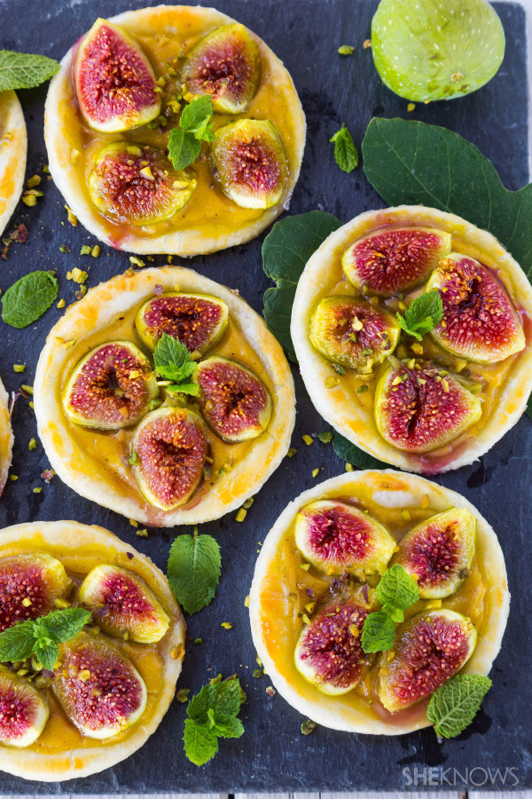 Fig tartlets with custard cream and pistachios recipe