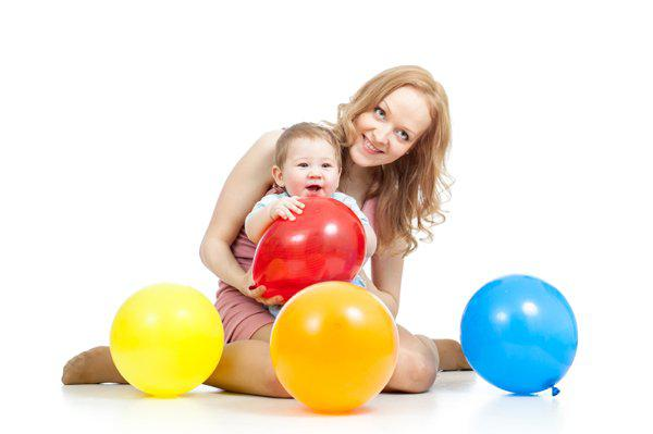 mom playing balloon with baby