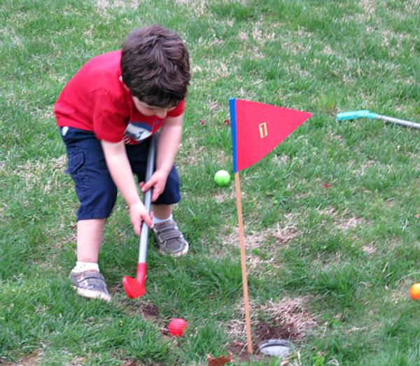 Backyard mini golf game | Sheknows.com