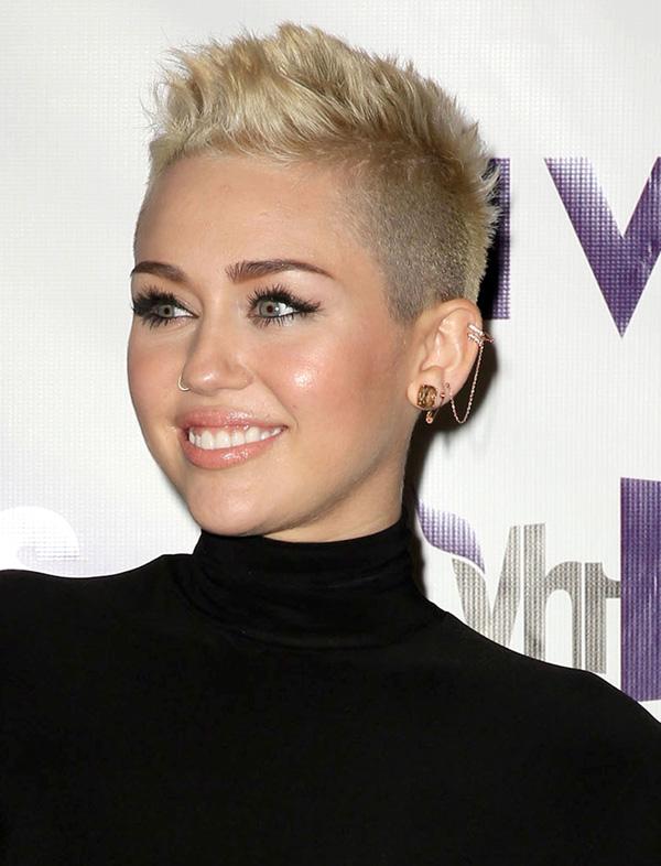 Miley Cyrus wearing an ear cuff