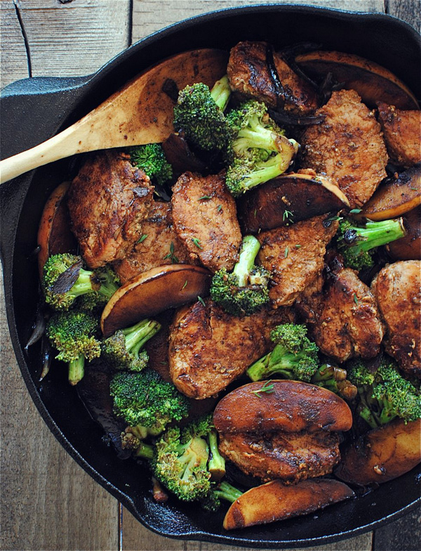 Seared pork tenderloin with apples and broccoli
