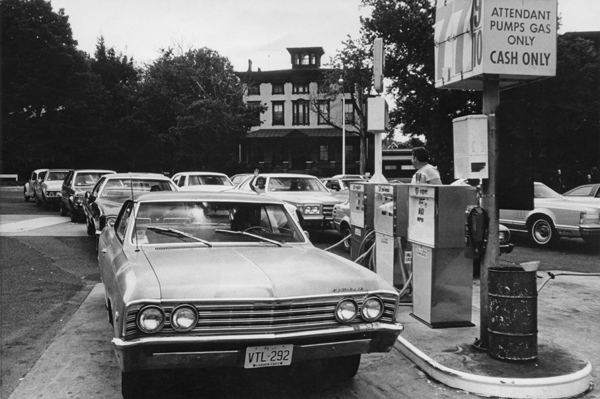 Drivers queue for fuel at a petrol station near Trenton, New Jersey, USA, circa 1974.