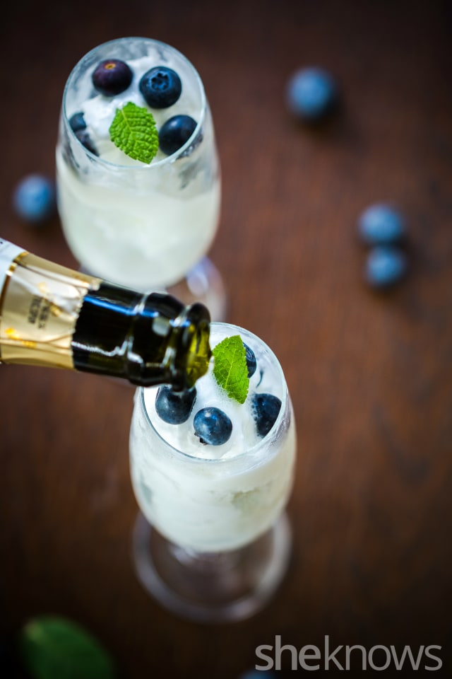 Lemon-sorbet-and-blueberries-spumante-float-vertical