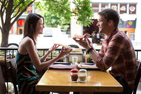flirting couple eating pizza