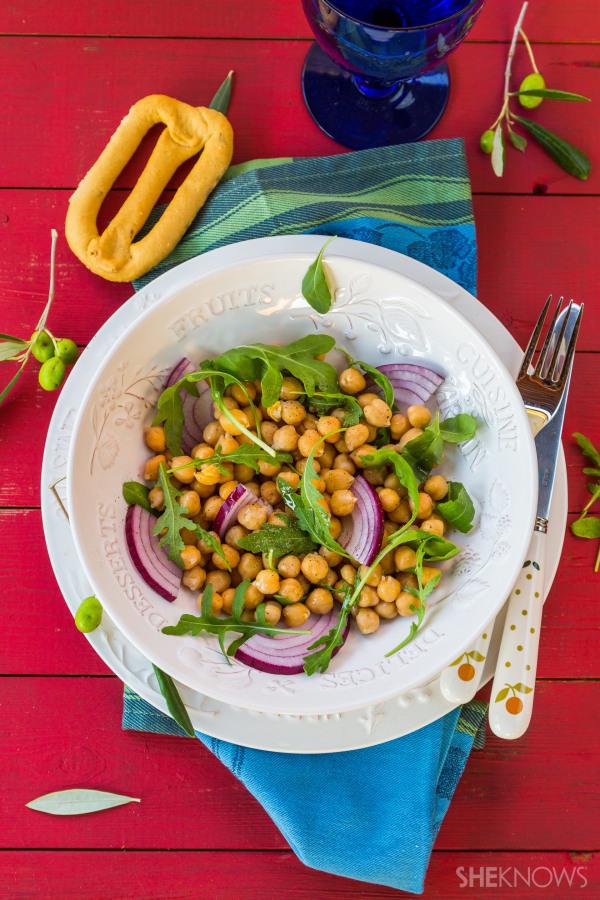 Chickpeas, arugula and onion salad recipe