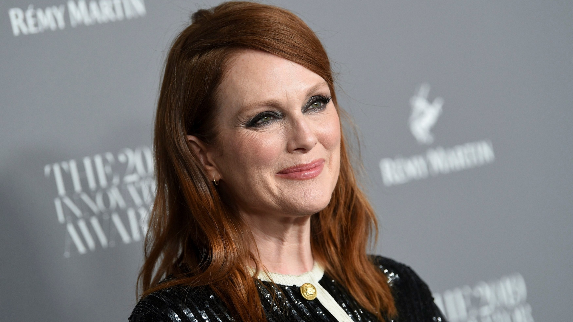 Julianne Moore's Photo of Her Lookalike Daughter Has Us Seeing Double –  SheKnows